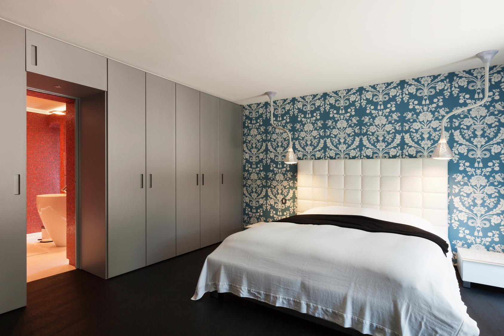 Шкаф вокруг дверного проема - стильное и экономичное решение.