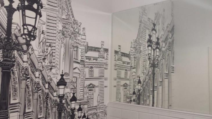 Tapeta graficzna w małej łazience