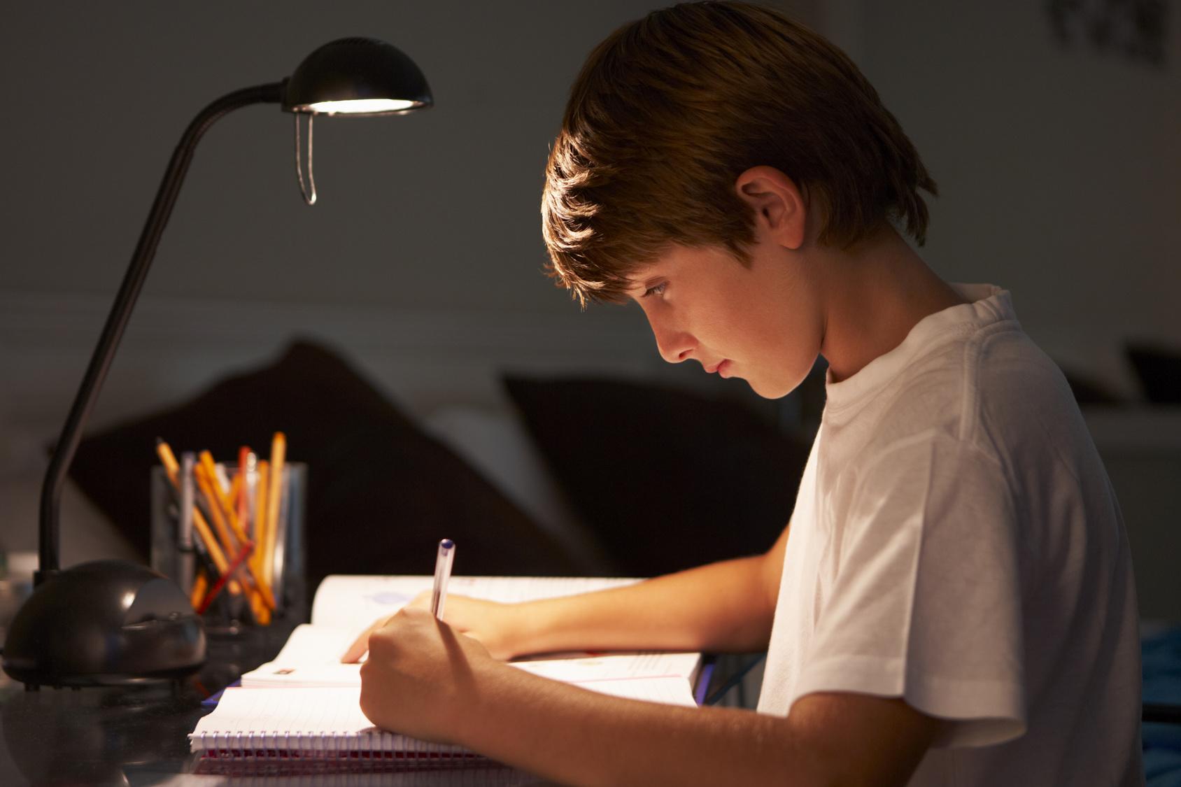 Lampka na biurko – na co zwrócić uwagę przed zakupem