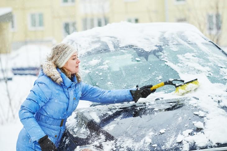 Szyby bez lodu – skrobaczki i odmrażacze do szyb