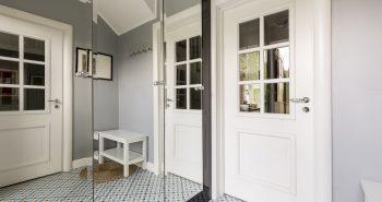 Białe klasyczne drzwi