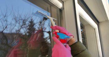 Mycie okien, gdy za oknem mróz