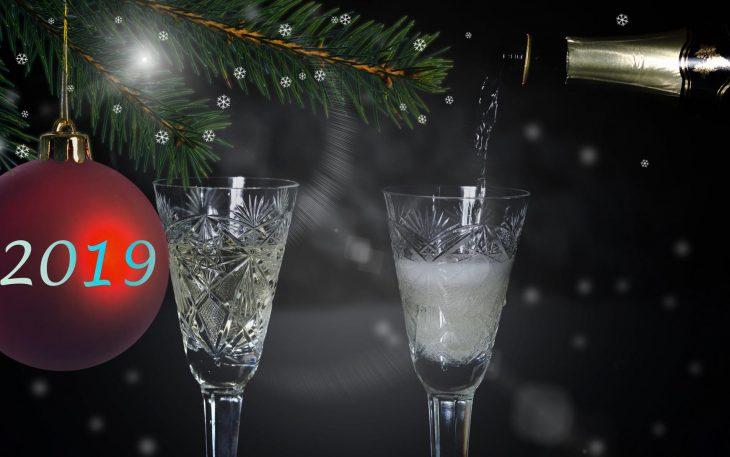 Podajmy szampana w starych kryształach!