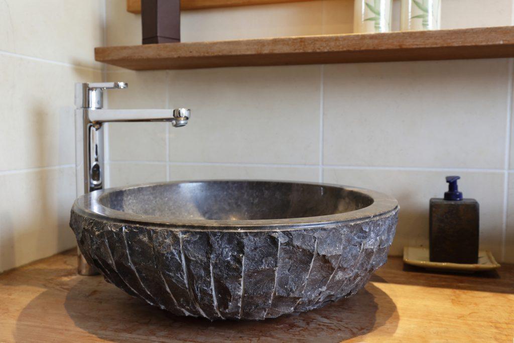 Kamienna umywalka – odrobina luksusu w naturalnej formie