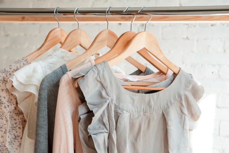 Wieszaki – odpowiednio dobrane ułatwiają przechowywanie garderoby