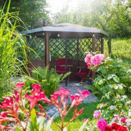 Szukamy cienia w ogrodzie – pergole, altany, pawilony ogrodowe