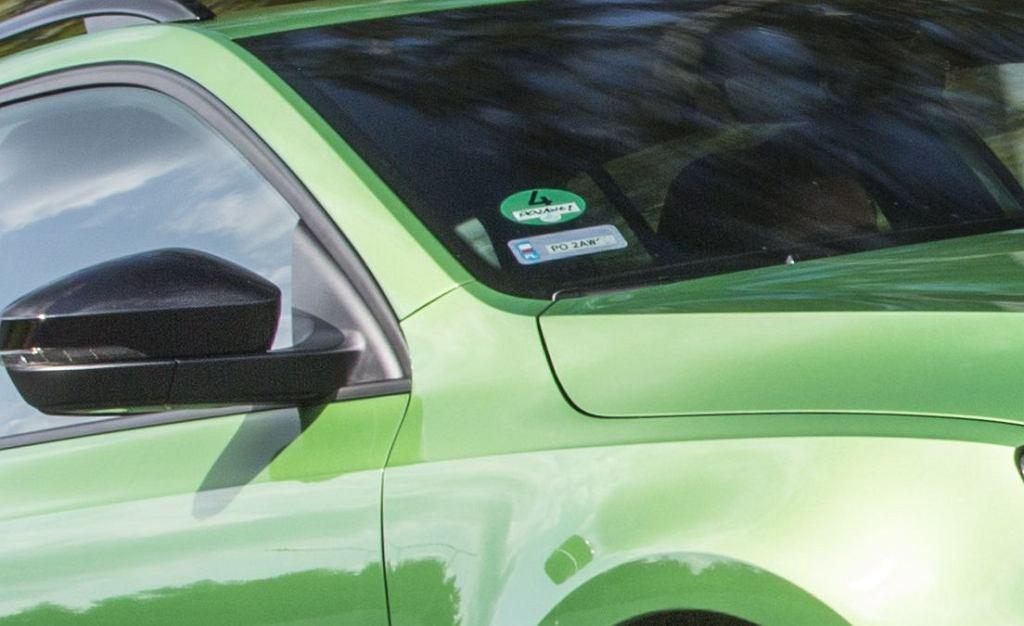 Naklejka rejestracyjna – jak ją usunąć z szyby samochodu