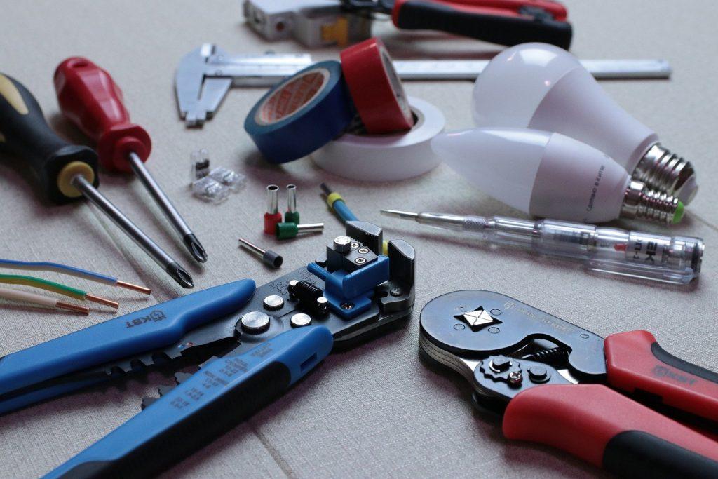 2. Narzędzia ręczne – jakie warto mieć w domu