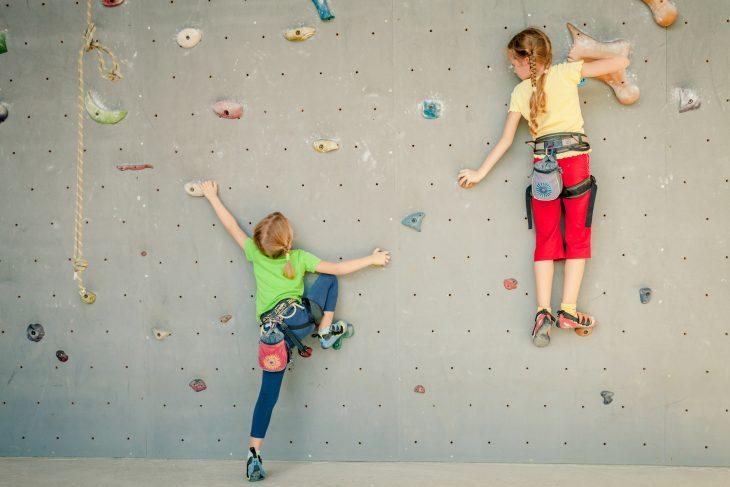 Ścianka wspinaczkowa w pokoju dziecka – sposób na ruch
