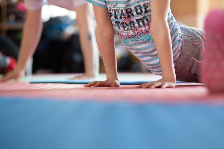 Gimnastyka dla najmłodszych – ćwiczenia, jakie możesz zorganizować pociechom w domu