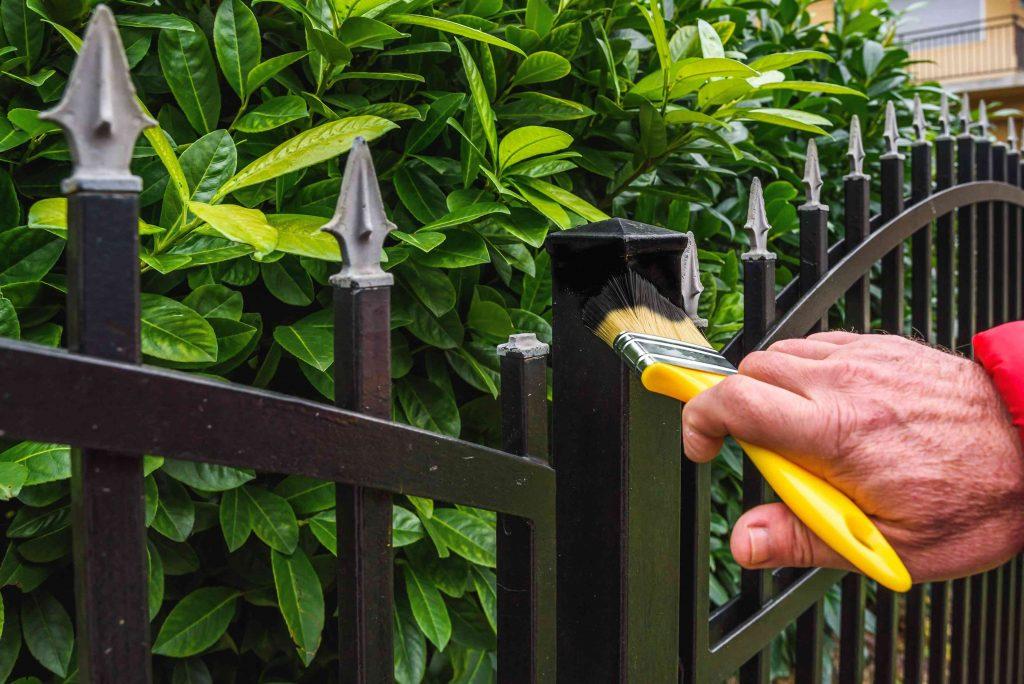 Renowacja ogrodzenia metalowego – co się przyda