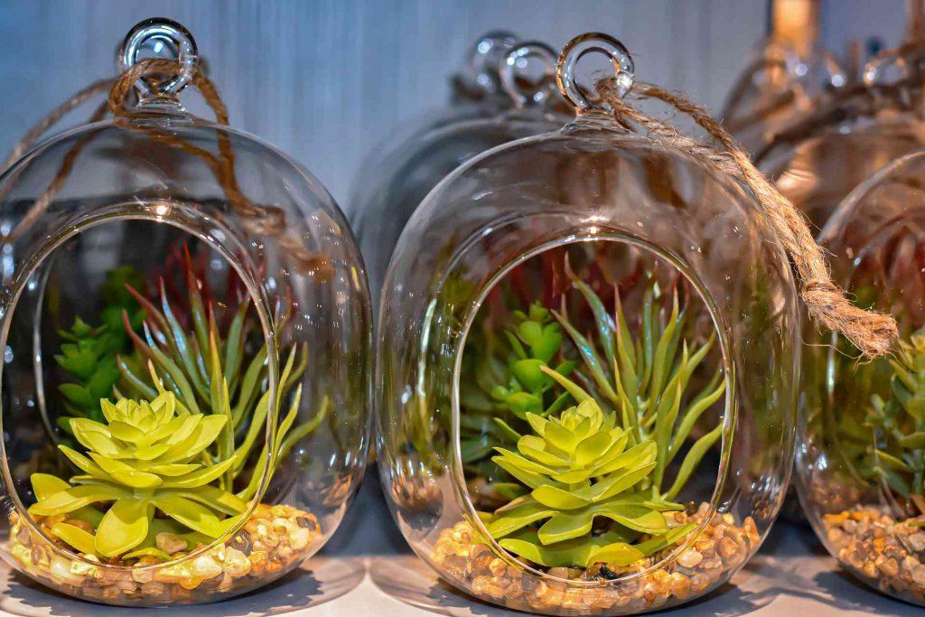 Sztuczne kwiaty doniczkowe – dla tych, co bywają gościem w domu