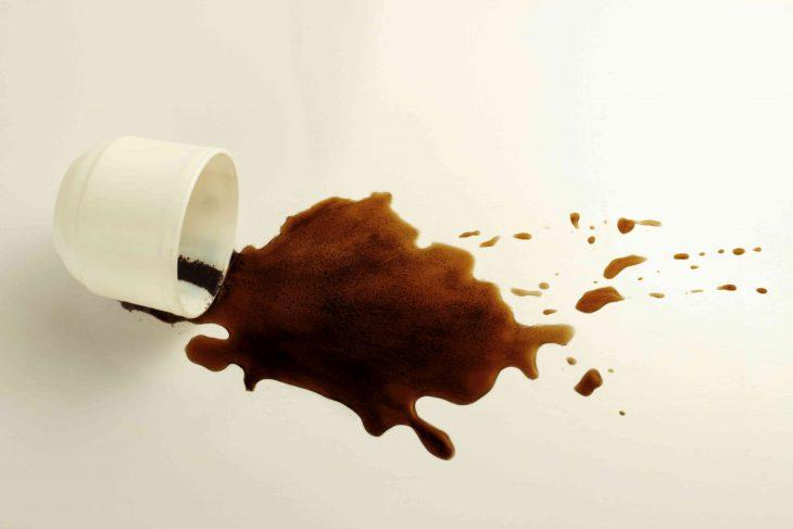 Plamy z kawy – jak je usunąć z kanapy