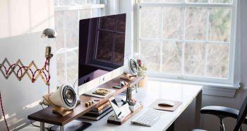 Wygodna praca przy komputerze – gadżety w jakie warto wyposażyć nasze biurko