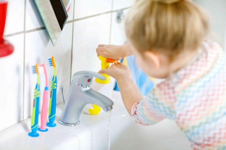 Bezpieczna łazienka dla dziecka – o co należy zadbać