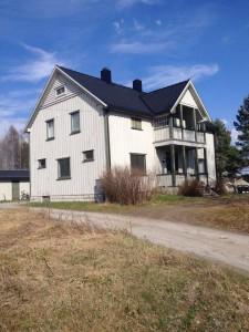 Dom z drewnianą oblicówką - sposoby na kolorowy dom