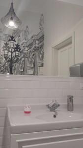 Tapeta graficzna w małej łazience (fot. AHA)