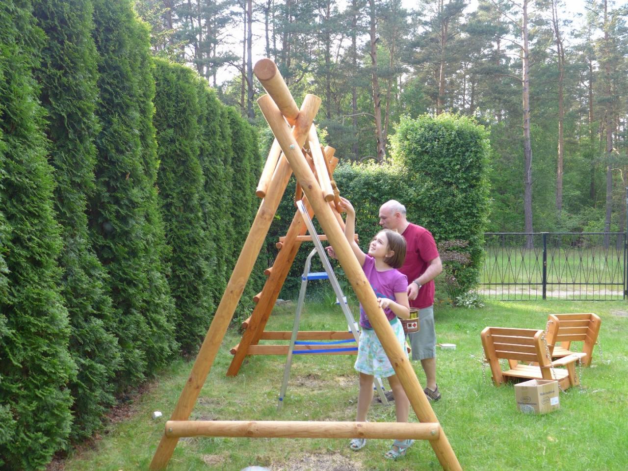 Jak-pomalowac-drewniana-hustawke-2