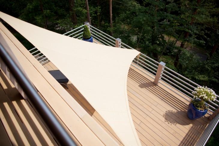Żagiel nad tarasem i balkonem