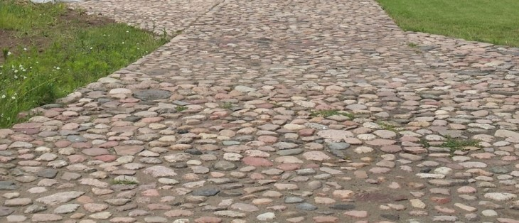 Jak zrobić podjazd z kamieni polnych?