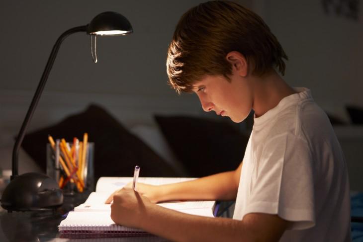 Lampa na biurko – na co zwrócić uwagę przed zakupem