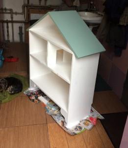 Domek dla lalek i regał w jednym