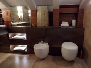 Łazienki beżowo-brązowe – wykończenie na lata