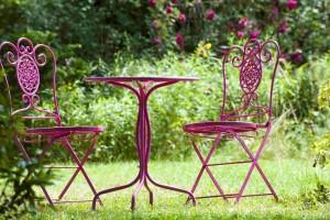 Drut wygodnie pogięty – stalowe meble na taras
