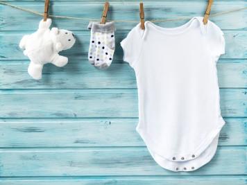 Jak przewrócić biel ubraniom – wybielacze do ubrań