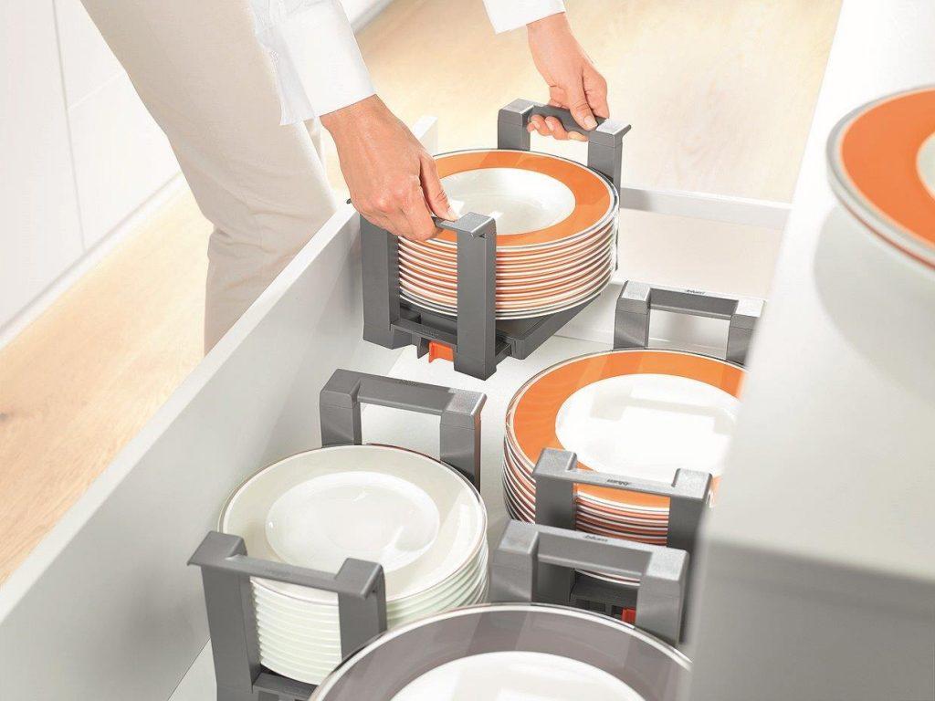 Jak przechowywać talerze w szufladach